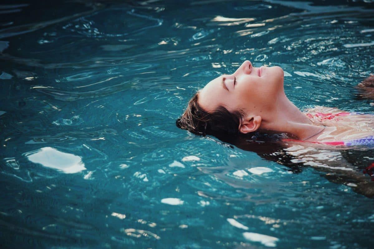 piscine-nager-femme-pixabay