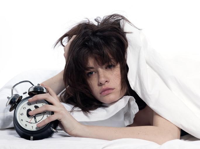 femme qui se réveille réveil dormir