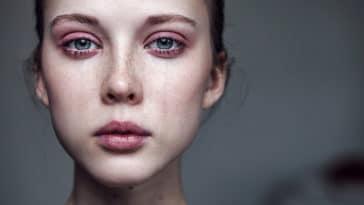 femme qui pleure larmes