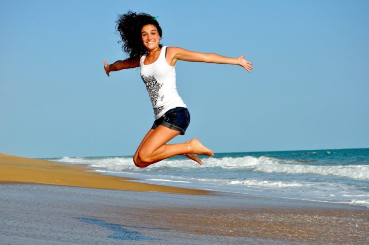 femme heureuse plage