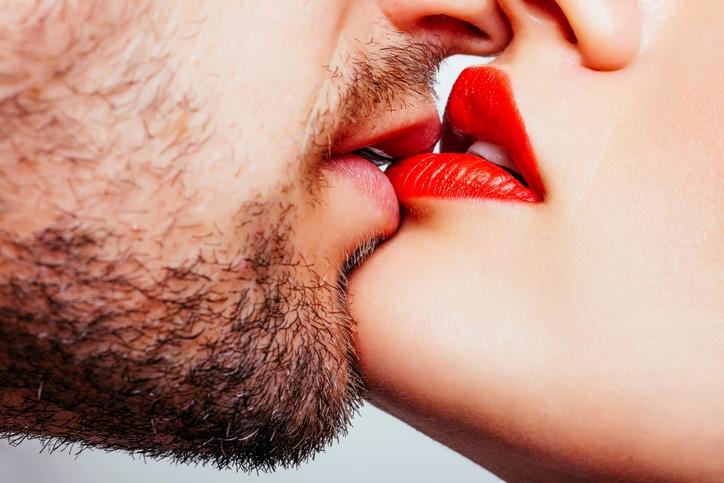 couple baiser lèvres