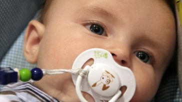 bébé sucer tétine