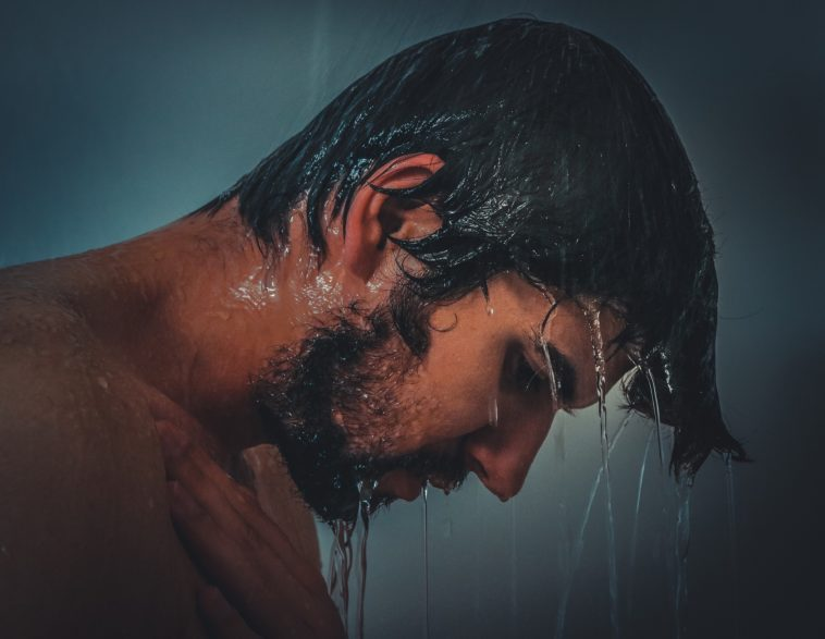 homme douche cheveux rincer