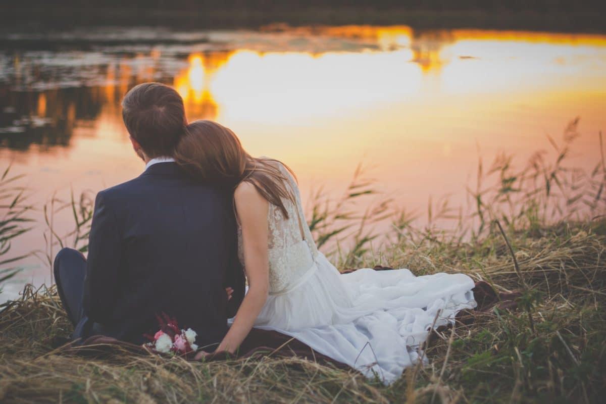 Mariage, couple, lac, coucher de soleil