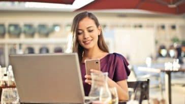 femme téléphone ordinateur terrasse