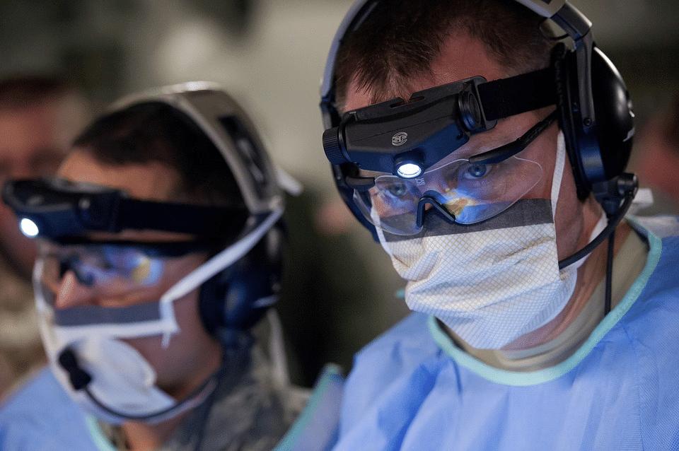 chirurgiens opération tumeur cerveau