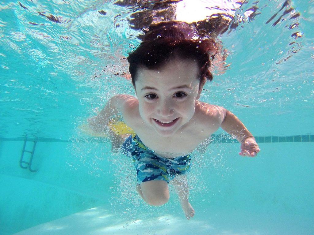 enfant à la plage nager