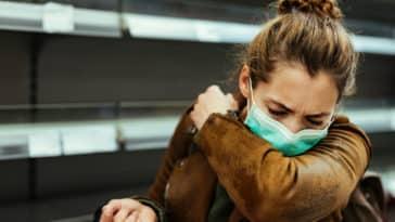 Femme-masquée-malade-coronavirus-toussant-coude