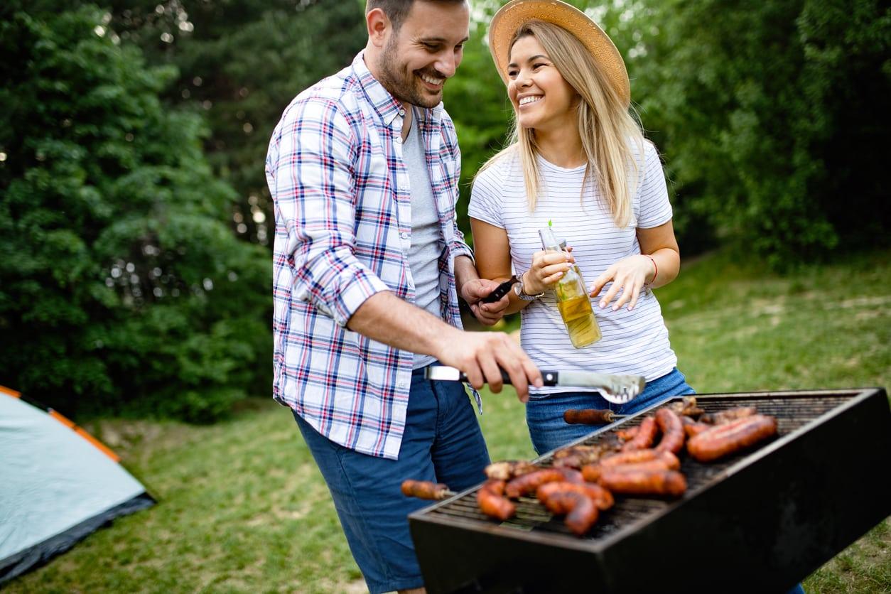 barbecue-couple-jardin-viande