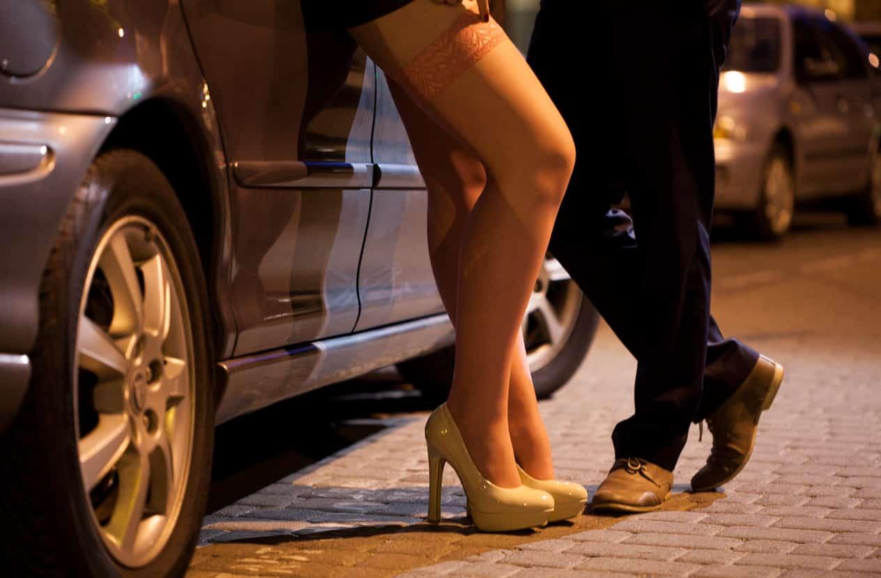 drague-couple-rue-voiture