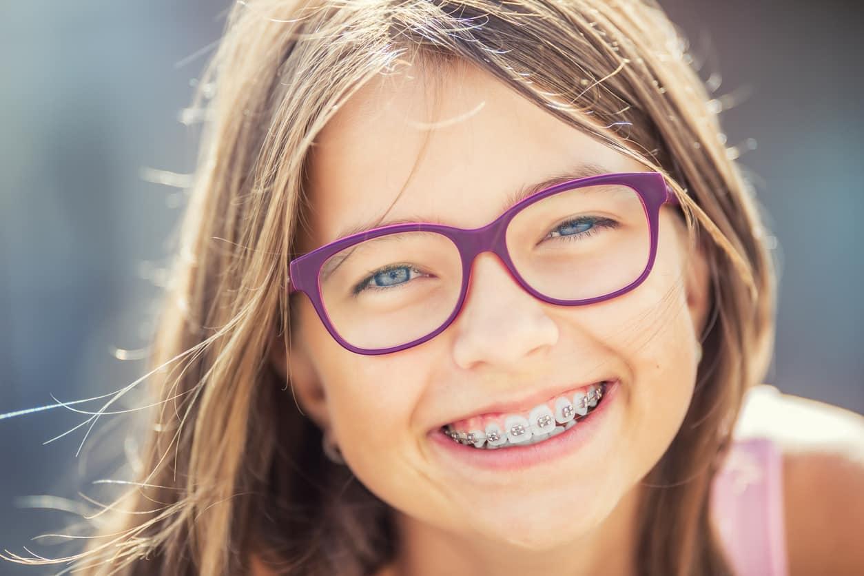 enfant-lunettes-dents-appareil-dentaire