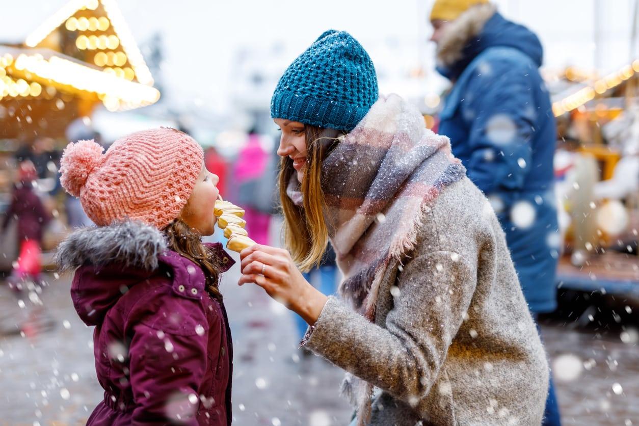 femme-enfant-neige-noel