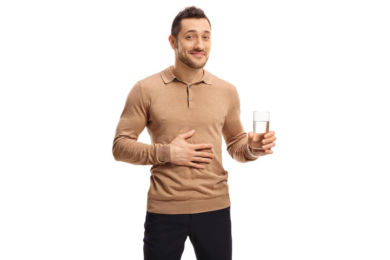 homme-digestion-boire-eau