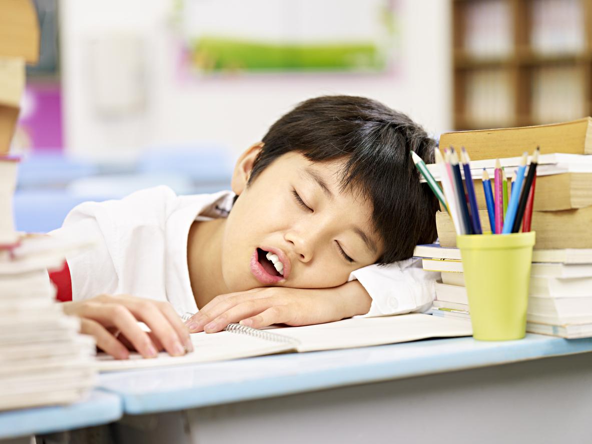 enfant-sommeil-ronflement-ecole-cours