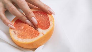 masturbation féminine illustrée avec un pamplemousse